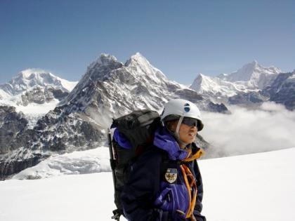 linda-with-everest-in-background.jpg