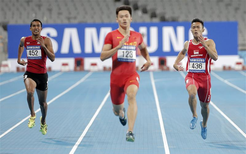 Lee Cheng Wei (right) equalled his personal best of 21.57sec to finish fifth of seven runners in his heat, which was topped by China Xie Zhenye (centre) in 20.74sec. He qualified for the semi-finals by virtue of being one of four fastest sprinters who finished outside of the top four in their respective heats. (Photo 1 courtesy of Vivek Prakash/Sport Singapore via Action Images Livepic)