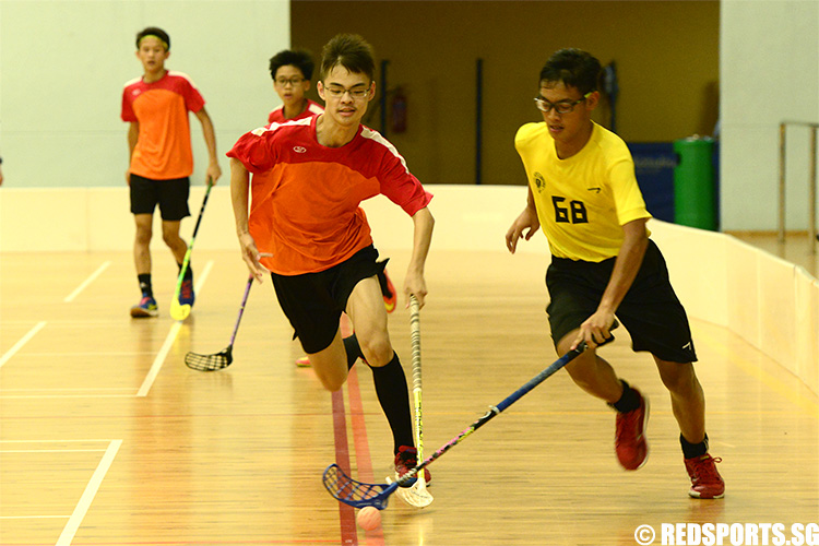 Asy'raf Khaizal (VS #68) and Wang Yikai (#5) chase after the ball. (Photo 5 © Louisa Goh/Red Sports)