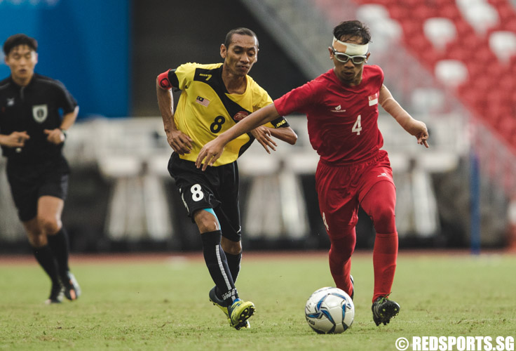 Muhammad Shafiq Bin Ariff (SIN #4) in action during the men's team round robin match against Malaysia. (Photo 9 © Soh Jun Wei/Red Sports)
