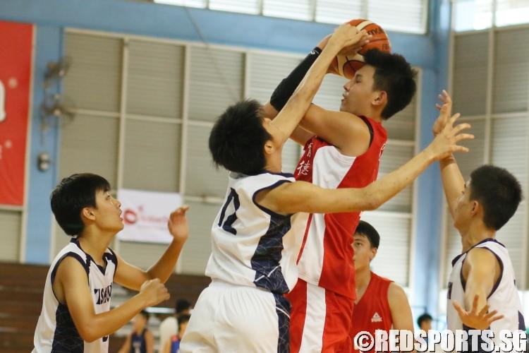 Shi Yu (Edgefield #12) finds himself triple-teamed by the Yishun defense. (Photo  © REDintern Chan Hua Zheng)