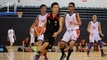 (Peicai#7) driving past his defenders before attempting a layup. (Photo 6 © REdintern Adeline Lee)
