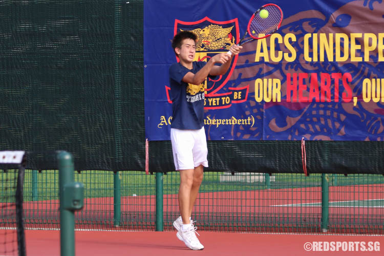 Chew Han Qing of ACS (Barker Road) returns a backhand against Tiah Jeng Ern of ACS (Independent). Chew eventually went down 4-6, 6-1, 5-7. (Photo 2 © Chua Kai Yun/Red Sports)