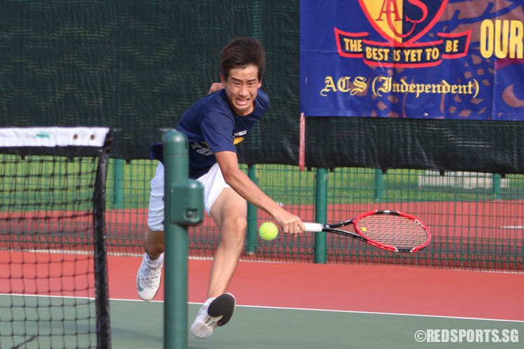 Chew Han Qing of ACS (Barker Road) runs to save the ball during the 3rd Singles. (Photo 3 © Chua Kai Yun/Red Sports)