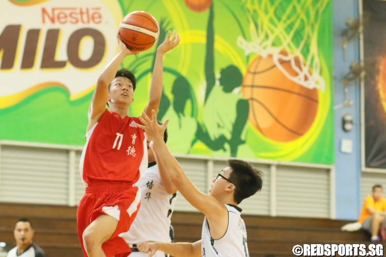 Ezra (Edgefield #11) shoots over two defenders. (Photo 1 © Dylan Chua/Red Sports)