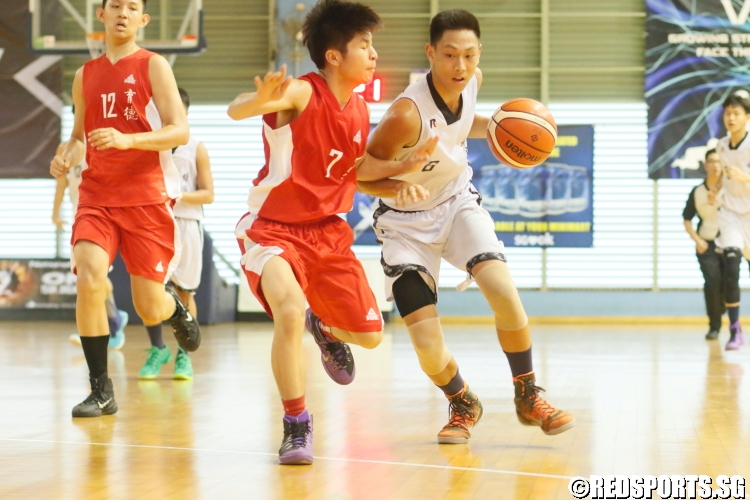 Ringo Yim (Pei Hwa #6) guarded closely by his defender.(Photo 9 © Dylan Chua/Red Sports)