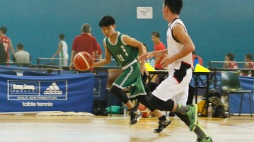 Terry Lim (JV #11) slashing to the hoop against the New Town defense. He had a game-high 15 points in the victory. (Photo  © Chan Hua Zheng/Red Sports)