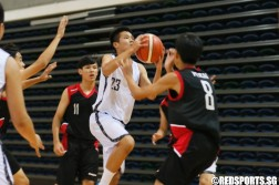 Keith Teo Zhe Ming (YYS #23) rising for a layup over the defense. (Photo  © Chan Hua Zheng/Red Sports)