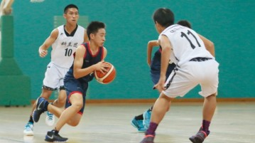 Lim Junhao (ZH #10) splits a double team as he slashes to the hoop. (Photo  © Chan Hua Zheng/Red Sports)