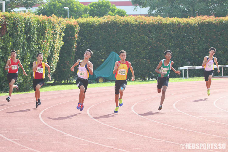 Athletes in action during the C-Boys 400m race at the 57th National Inter-School Track & Field Championships. (Photo © Chua Kai Yun/Red Sports)