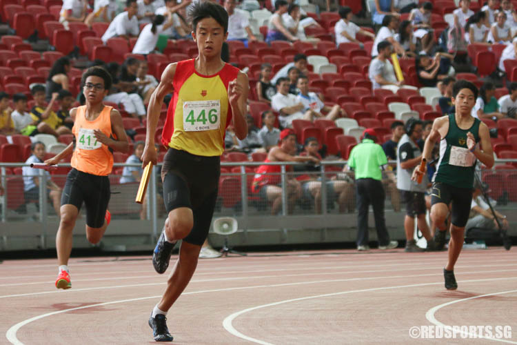 Ethan Tan (#446) of HCI runs the third leg of the 4x400m relay. (Photo © Chua Kai Yun/Red Sports)