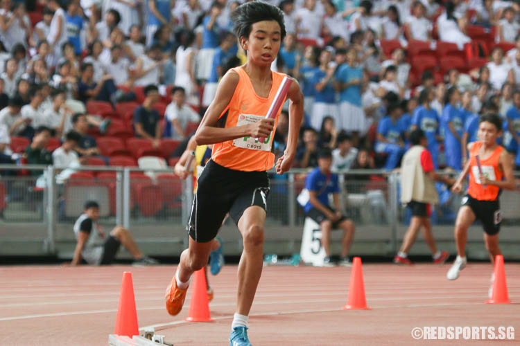 Anderton Lim (#410) of Hua Yi Sec in action during the last leg of the 4x400m relay. (Photo © Chua Kai Yun/Red Sports)