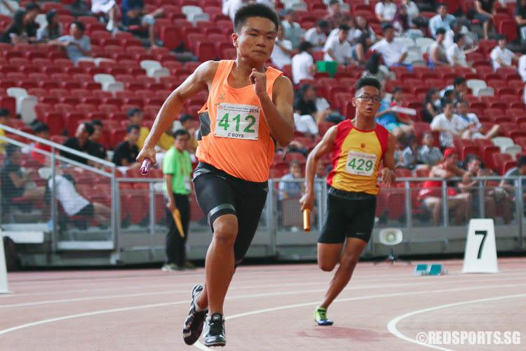 Edison Tan (#412) of Hua Yi Sec starting the first leg of the C Division Boys 4x400m relay. (Photo © Chua Kai Yun/Red Sports)