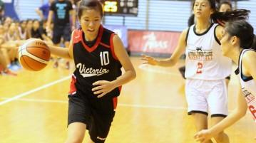 Ng Qi Hui (VJC #10) driving past her defenders. (Photo 1 © REDintern Adeline Lee)