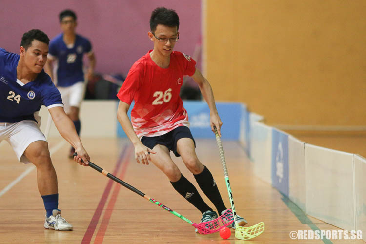 Ng Seng Leng (RVHS #26) dribbles the ball against Abdul Rauf B Abdul Rahman (MJC #24). (Photo © Chua Kai Yun/Red Sports)