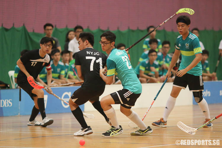 Donavan Tan (NYJC #71) and Andrew Hong (TJC #20) going for the loose ball. (Photo © Chua Kai Yun/Red Sports)