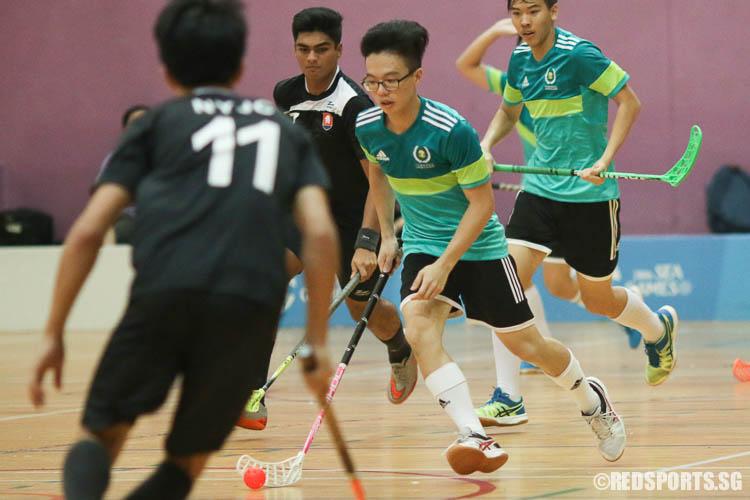 Lam Zhi Fah (#41) of TJC driving the ball upcourt. (Photo © Chua Kai Yun/Red Sports)