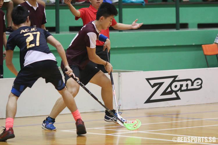 Koh Wenjun (VJC #14) steals possession from Tan Chi Lin (ACJC #27). (Photo © Chua Kai Yun/Red Sports)