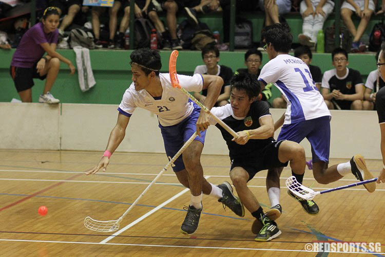 Muhammad Jazli B Yuslane (MJC #21) getting tangled up in a challenge from his opposition. (Photo © Ryan Lim/Red Sports)