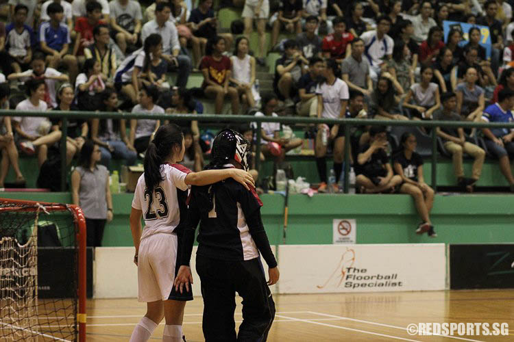 Vannevia. J (YJC #23) shares a moment with goalkeeper Fasihah Bte Mohmad Azhar (YJC #1) as the final period was about to begin. (Photo © Ryan Lim/Red Sports)