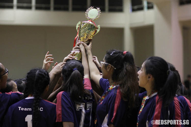 Team YJC get their hands on the championship trophy after a dramatic game of floorball. (Photo © Ryan Lim/Red Sports)