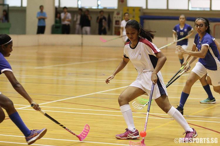 Nurul'ain Bte Hairuddin (YJC #77) dribbling the ball. (Photo © Ryan Lim/Red Sports)