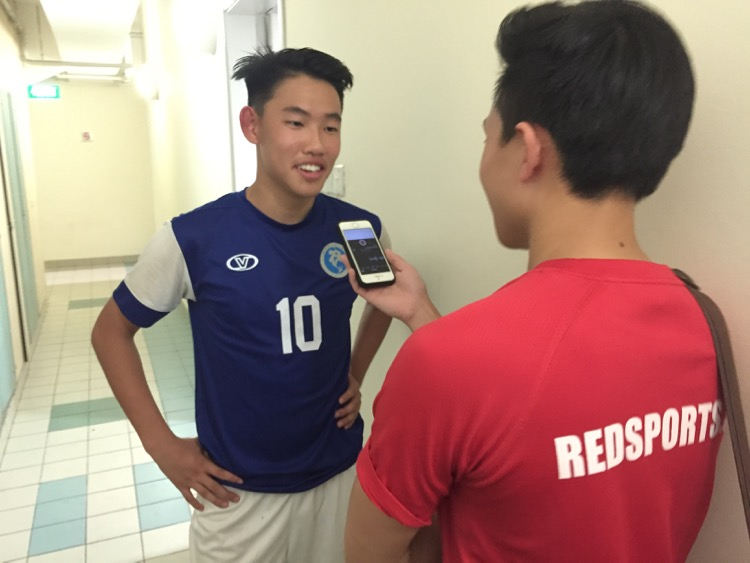 Ryan Lim interviewing Rosyton Tan of MJC after the A Division football final. (Photo © Les Tan/Red Sports)