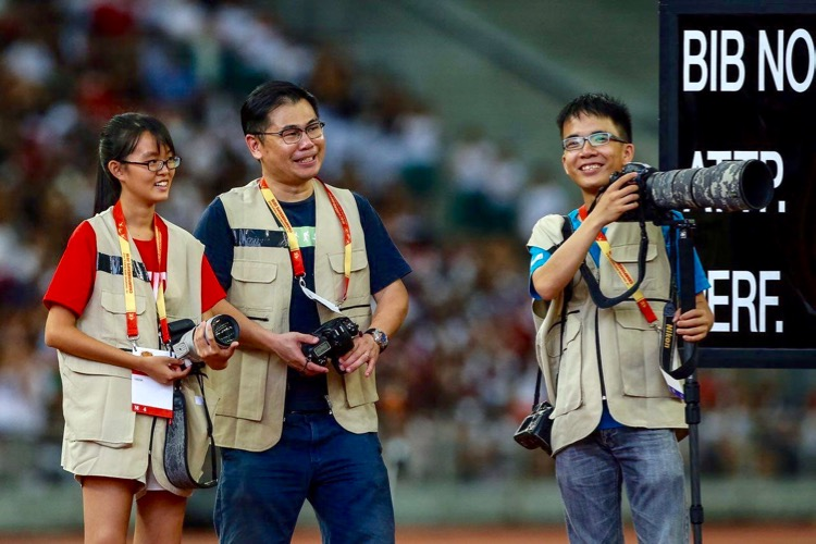 Chua Kai Yun (extreme left) covering the 2016 National Schools Track and Field Championships at the National Stadium earlier in the year. (Photo © Lim Yong Teck)