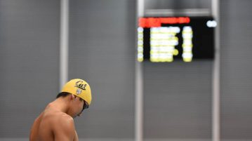 Quah Zheng Wen preparing for his men's 200m freestyle final on the first day of the 13th Singapore National Swimming Championship. (Photo © Stefanus Ian/Red Sports)