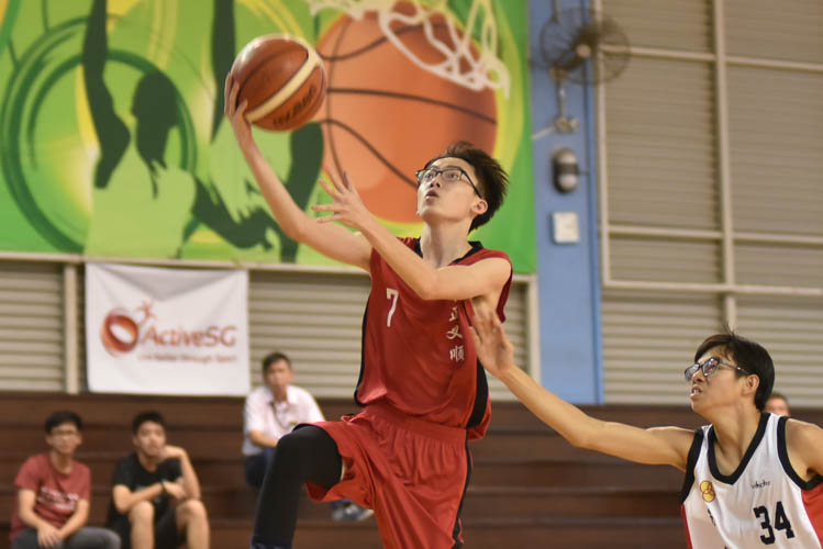 Wayne Tay (CCHY #7) attempting a lay-up during the North Zone B Division basketball match between Chung Cheng High (Yishun) and Nan Chiau High School. (Photo © Stefanus Ian/Red Sports)