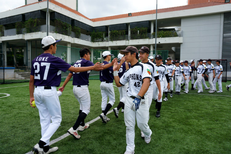 Raffles and Anglo Chinese players shaking hands to thank each other. (Photo 19 © REDintern Pang Chin Yee.)