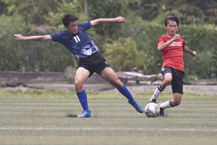 Jerall Yu (RVHS #11) making a tackle during a NYSI JC League match between Raffles Institution and River Valley High School. (Photo © Stefanus Ian/Red Sports)