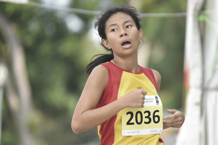 Arissa Rashid (#2036) of Hwa Chong Institution came in ninth with a timing of 16:20 in the A Division Girls. (Photo © Eileen Chew/Red Sports)