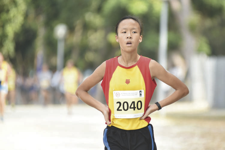 Clarice Lau Jia Yun (#2040) of Hwa Chong Institution came in fourth with a timing of 15:54 in the A Division Girls. (Photo © Eileen Chew/Red Sports)