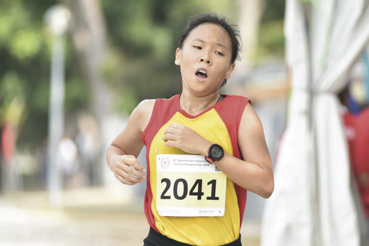 Vera Wah Yi Rei (#2041) of Hwa Chong Institution came in second with a timing of 15:27 in the A Division Girls. (Photo © Eileen Chew/Red Sports)