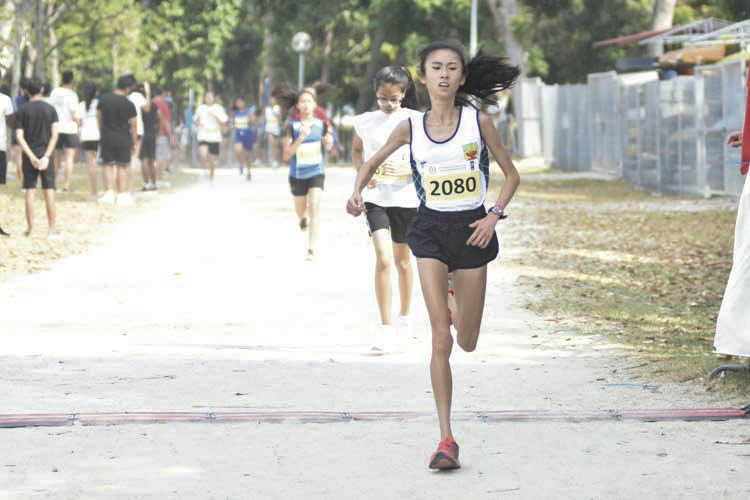 Toh Ting Xuan (#2080) of Raffles Institution came in first with a timing of 14:27 in the A Division Girls. (Photo © Eileen Chew/Red Sports)