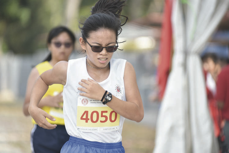 Elizabeth Liau Le Min (#4050) of CHIJ St Nicholas Girls' School came in first with a timing of 15:37 in the B Division Girls. (Photo © Eileen Chew/Red Sports)