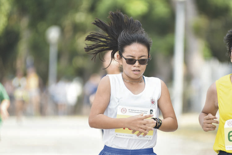 Elizabeth Liau Le Min (#4050) of CHIJ St Nicholas Girls' School came in first with a timing of 15:27 in the B Division Girls. (Photo © Eileen Chew/Red Sports)