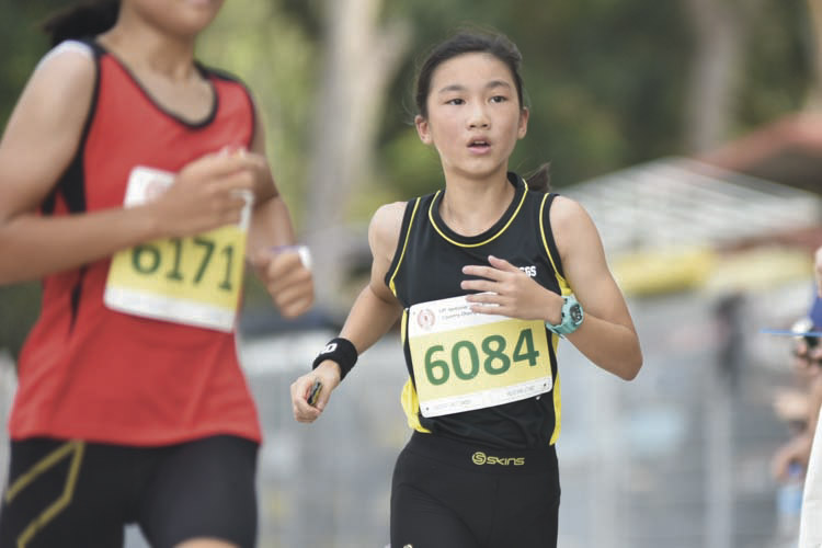 Felis Tan Le Yao (#6084, on the right) of CHIJ Secondary (Toa Payoh) came in thirteenth with a timing of 17:47 in the C Division Girls. (Photo © Eileen Chew/Red Sports)