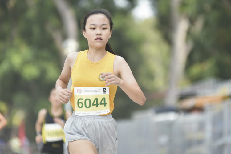 Jolene Koh Geak Ling (#6044) of Cedar Girls' Secondary came in thirteenth with a timing of 17:41 in the C Division Girls. (Photo © Eileen Chew/Red Sports)