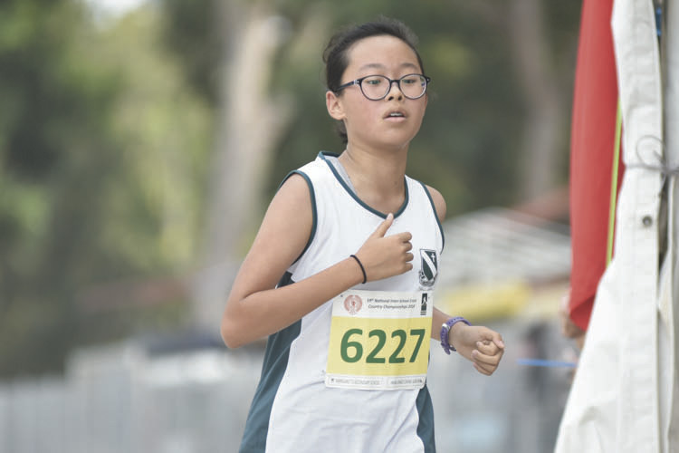Hana Grace Cheng Gar Yan (#6227) of St. Margaret's Secondary School came in eighth with a timing of 17:19 in the C Division Girls. (Photo © Eileen Chew/Red Sports)