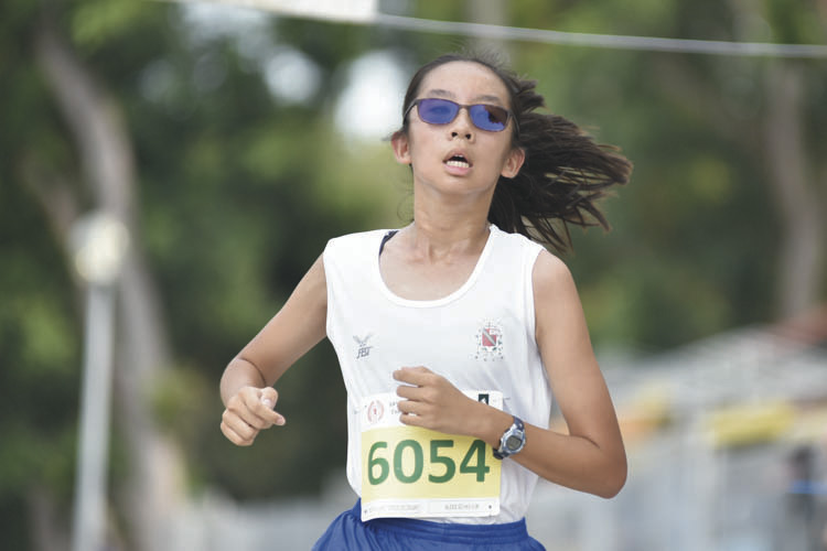 Alexis So Hui Jun (#6054) of CHIJ St Nicholas Girls' School came in third with a timing of 16:54 in the C Division Girls. (Photo © Eileen Chew/Red Sports)