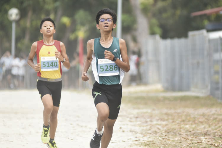 Ku Zi Ming (#5286, on the right) of St. Joseph's Institution came in eighth with a timing of 14:19 in the C Division Boys. (Photo © Eileen Chew/Red Sports)