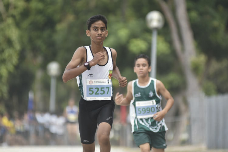 Hiren Koban (#5257, on the left) of Raffles Institution came in second with a timing of 13:52 in the C Division Boys. (Photo © Eileen Chew/Red Sports)