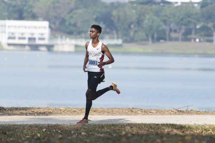 Ruben So Loganathan (#1001) of Anderson Junior College came in first with a timing of 16:28 in the A Division Boys. (Photo © Stefanus Ian/Red Sports)