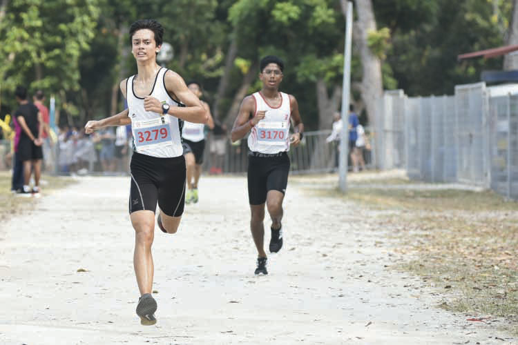 Christoffer Eilertsen (#3279, on the left) of Raffles Institution came in eighteenth with a timing of 17:56 in the B Division Boys. (Photo © Eileen Chew/Red Sports)