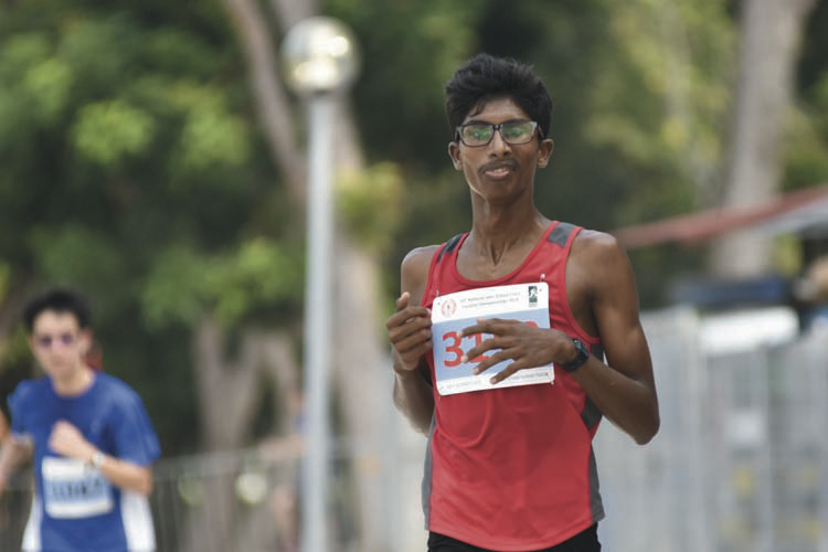 Vellaichamy Karnan Tharun (#3153) of Hua Yi Secondary School came in fourth with a timing of 17:08 in the B Division Boys. (Photo © Eileen Chew/Red Sports)
