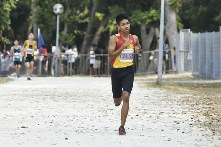 Joshua Rajendran (#3158) of Hwa Chong Institution came in second with a timing of 16:38 in the B Division Boys. (Photo © Eileen Chew/Red Sports)