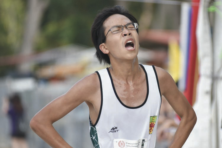 Chai Jiacheng (#3275) of Raffles Institution came in first with a timing of 16:29 in the B Division Boys. (Photo © Eileen Chew/Red Sports)