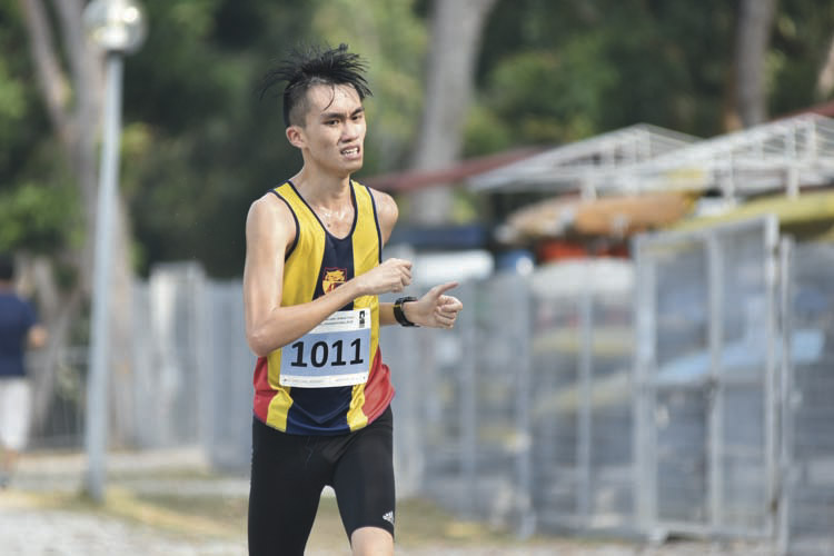 Wong Men Ern Philip (#1012) of Anglo-Chinese School Independent came in seventeenth with a timing of 17:42 in the A Division Boys. (Photo © Eileen Chew/Red Sports)